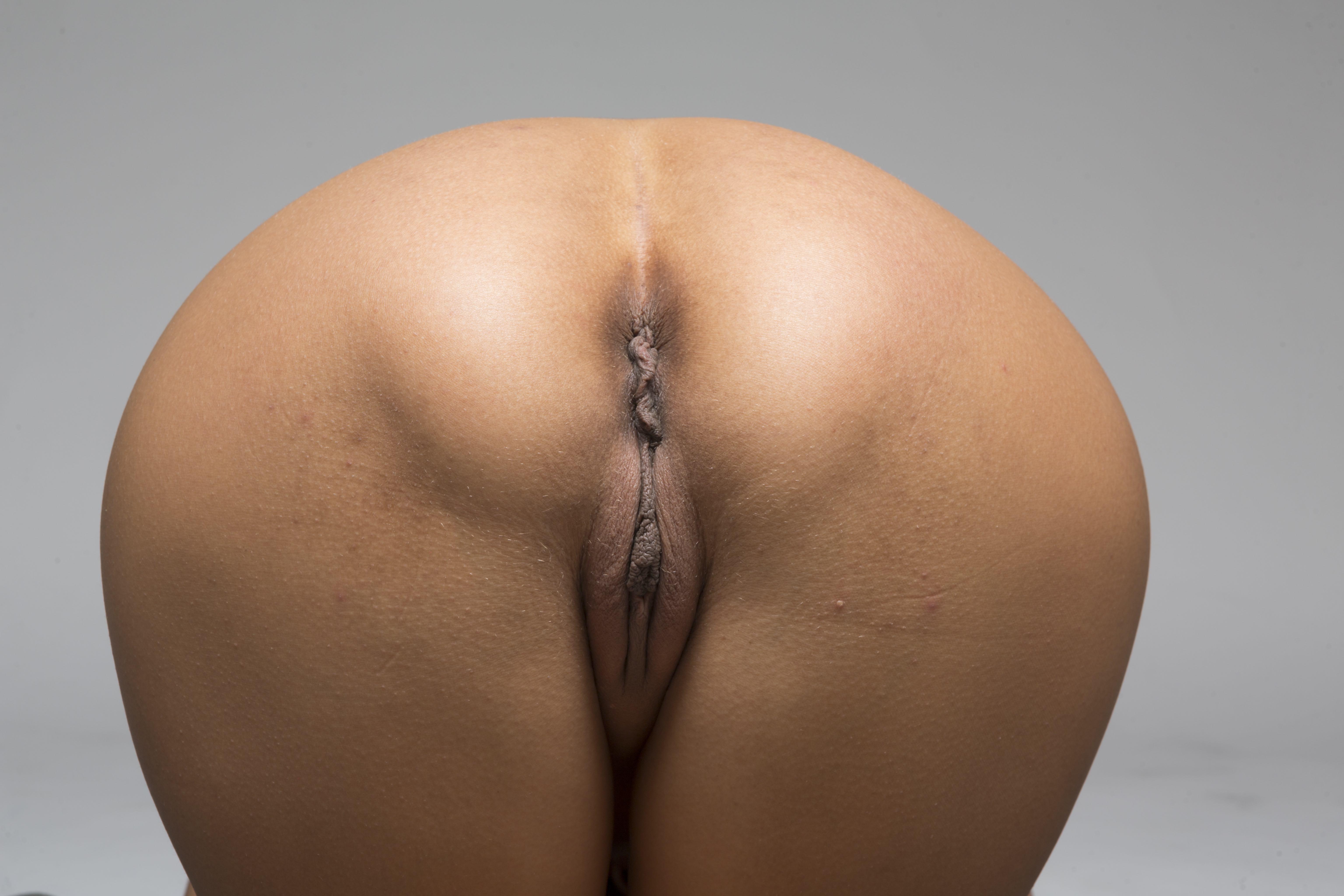 Los pechos y el coño son partes del cuerpo natural, que mania en esconderlos